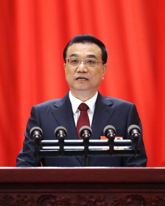 ↑3月5日,李克强总理代表国务院在十三届全国人大一次会议上作《政府工作报告》。新华社记者 姚大伟 摄
