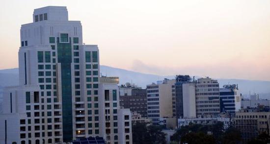 4月14日,叙利亚首都大马士革周边升起浓烟。 新华社 图