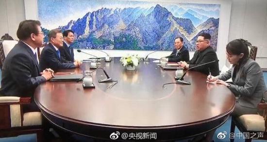 """韩国总统文在寅与朝鲜最高领导人金正恩在""""和平之家""""举行会晤。 @央视新闻 图"""