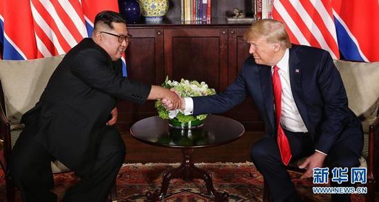 6月12日,朝鲜最高领导人金正恩(左)与美国总统特朗普在新加坡举行会晤。 新华社发(新加坡通讯及新闻部供图)