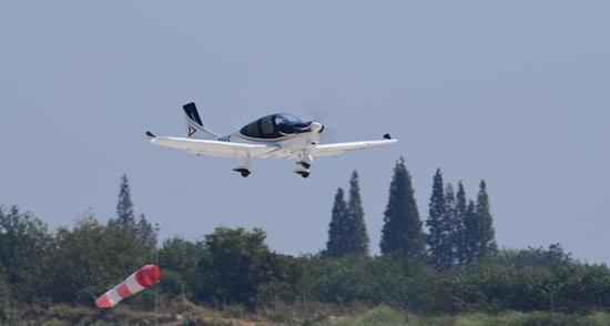 通用飞机GA20在南昌瑶湖机场起飞。