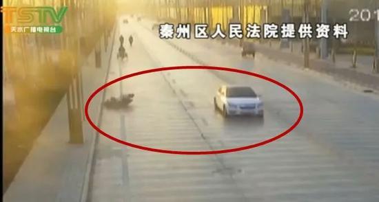 视频:司机违规掉头致身后摩托男摔倒 被判赔30万
