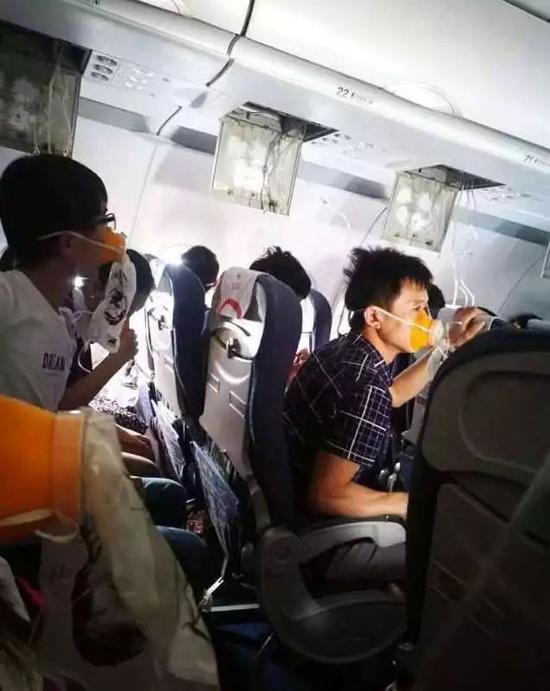 很多乘客第一次见到氧气面罩