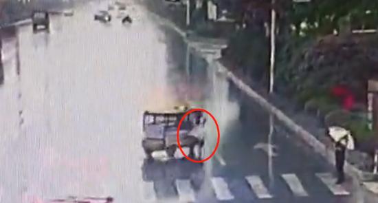 视频:细思极恐!女子遭电动三轮车拖行10余秒