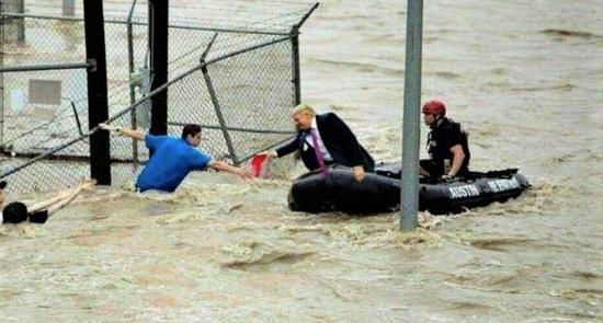 """特朗普乘坐橡皮艇在洪水中""""救人""""的照片在网络上疯传。"""