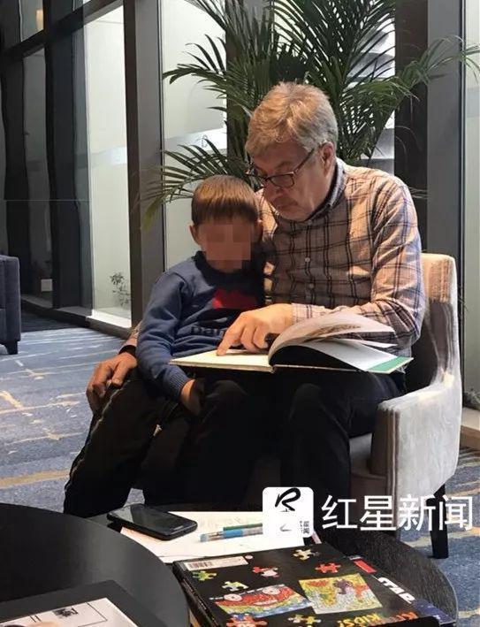 ▲迈克的父亲伊恩和孙子在一起  受访者供图