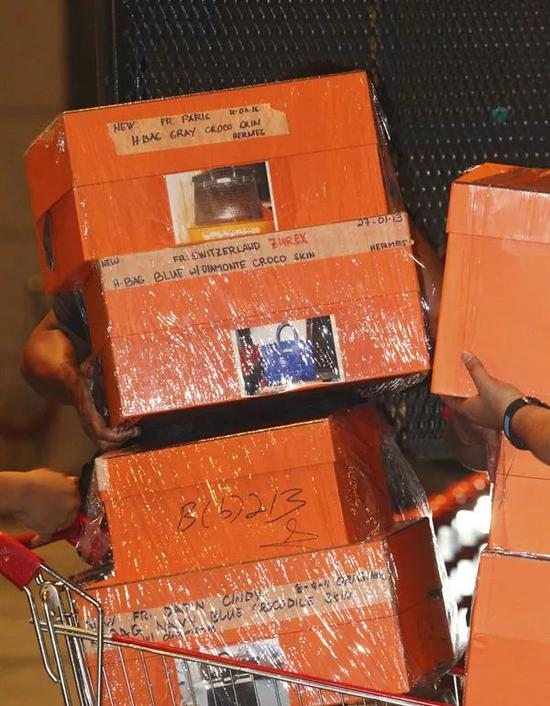 这些橙色箱子被认为装有爱马仕铂金包。