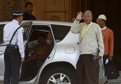 这是2016年3月15日在缅甸内比都拍摄的吴廷觉(右前)的资料照片。 新华社发