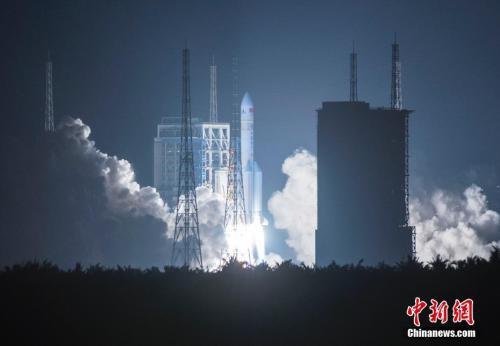 图为2016年11月3日20时43分,中国最大推力新一代运载火箭长征五号,在中国文昌航天发射场点火升空。中新社记者 骆云飞 摄