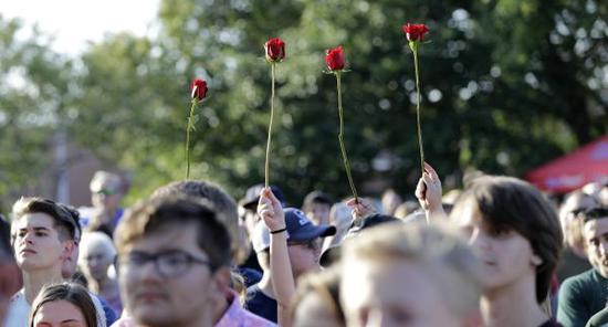 当地时间2018年5月18日,美国得克萨斯圣达菲,民众悼念高中校园枪击案遇害者。 东方IC 图