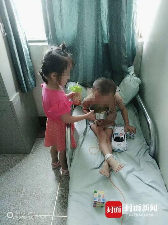 姐姐在病房里贴心地照顾弟弟。