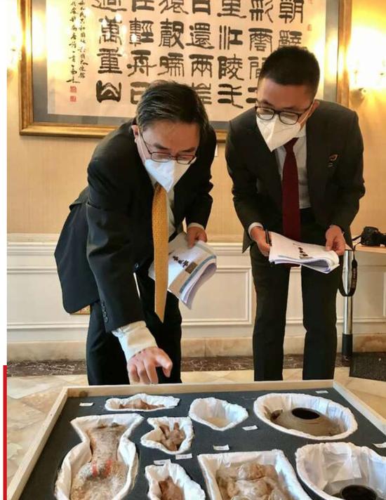 2020年10月16日,國家文物局授權中國駐英大使館與英國大都會警察局,在中國駐英國大使館文化處進行文物移交接收。白樺 攝