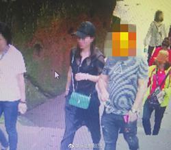5月29日,网上在逃人员张某(左三)在乐山大佛景区内被抓获。