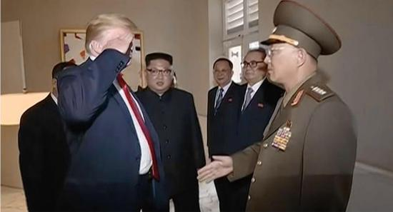 朝鲜中央电视台的纪录片显示美国总统特朗普(左二)向一名朝鲜将军敬礼(美国政治网站)