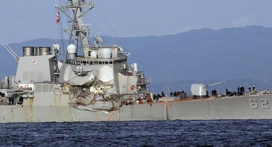 """图为遭遇撞船事故的美海军""""菲茨杰拉德""""号驱逐舰"""