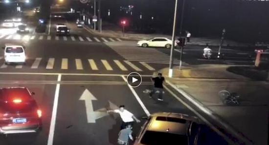 视频截图骑车人持刀反击砍人