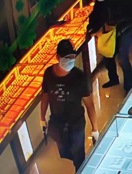 内蒙古两男子持枪劫金店后潜逃 现已被警方控制|内蒙古