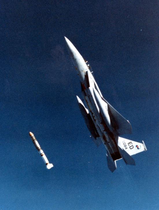 (F-15战斗机正在发射反卫星的ASM-135导弹)