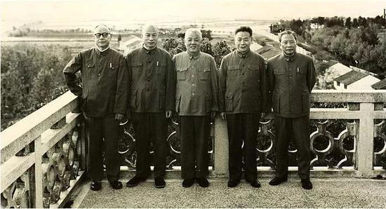 1977年11月许家屯与林乎加(左二)、苏振华、彭冲等在无锡