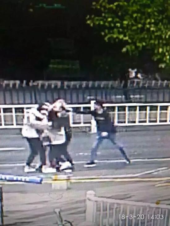 3个姑娘礼让出租车 民警却把她们都拘留(图)