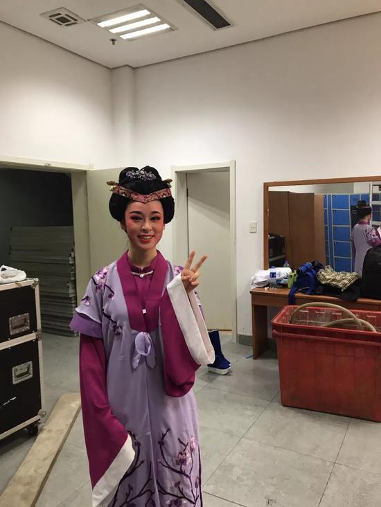 徐静在浙江大学越剧社年度大戏《梁祝》的后台