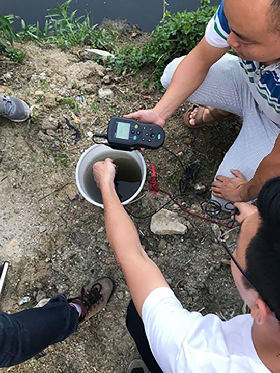 环保检测人员现场检测河水中的溶解氧含量