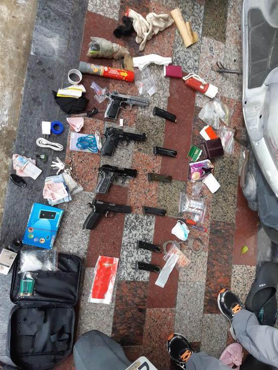 警方从嫌犯包内搜出四把枪支。(来源:台湾中天新闻)