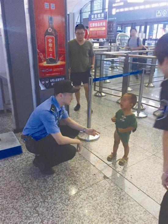 民警在安抚被弄丢的孩子。宁波晚报 图