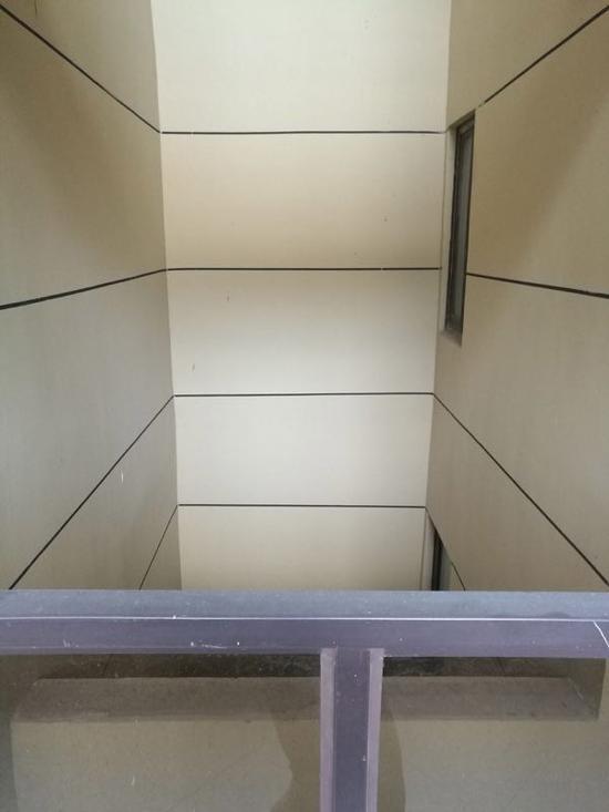 中铁建南京青秀城二期未革新的透风井。 图片由业主提供