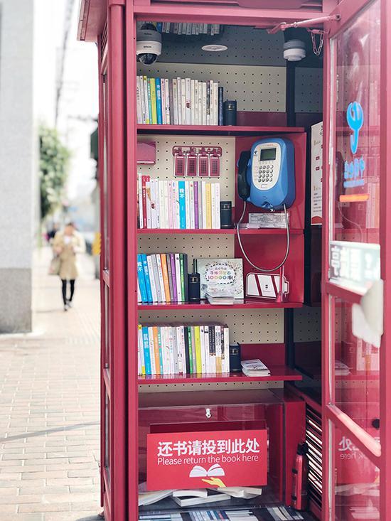 漂流亭内的图书可扫二维码借阅。