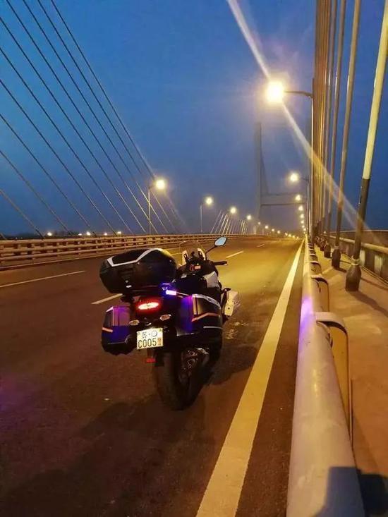 """刘旸在大胜关大桥上为""""座驾""""拍摄的照片"""