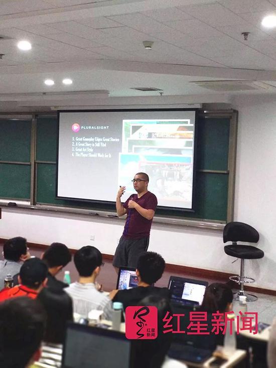 陈江在课堂上授课 受访者供图