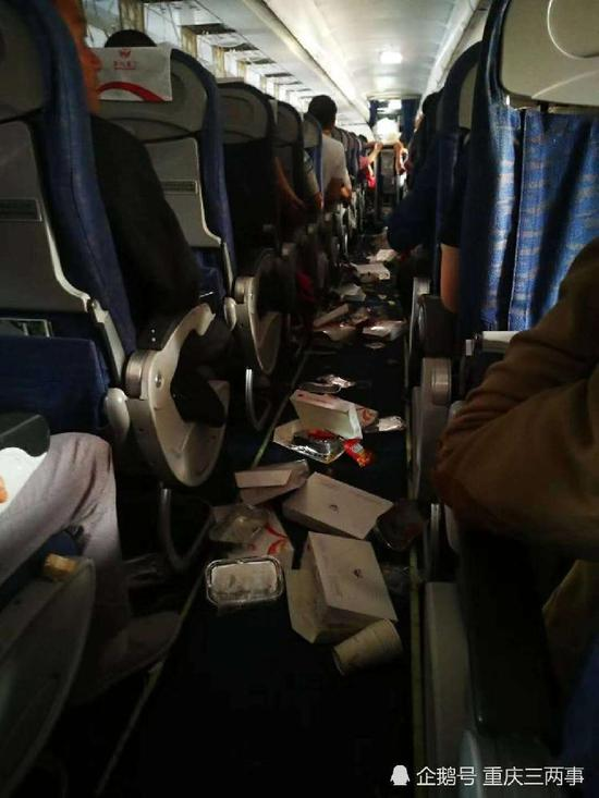 机舱内物品脱落一地。