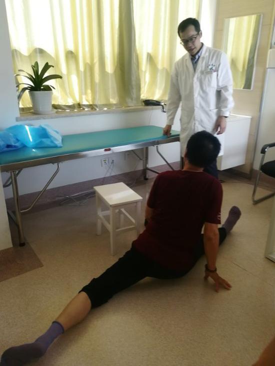 69岁的王爹爹向医生展示一字马。院方供图