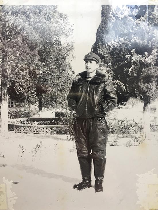 作者当年戎装照。如今虽年过花甲,但对于刘传健、徐瑞辰二位飞行员挽救大众生命的英雄事迹感慨良多。