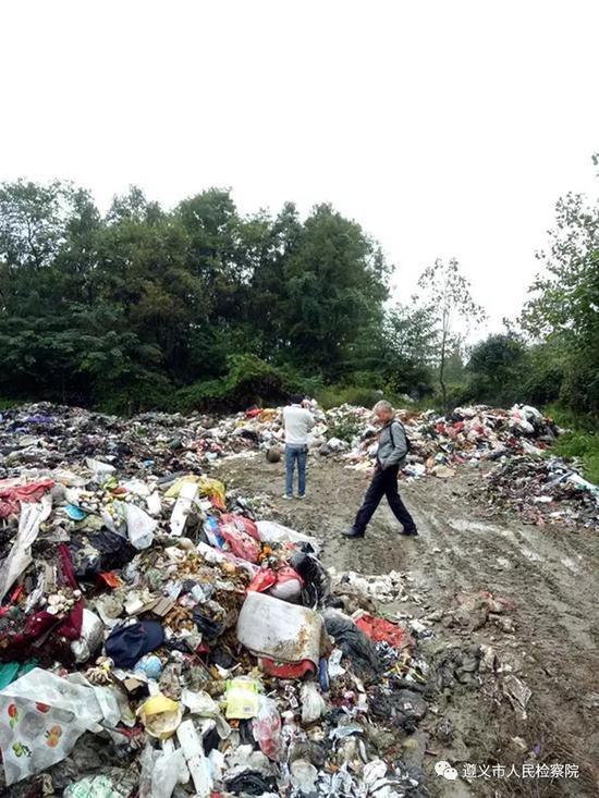 图为距万丈坑烈士遇难园121米处的垃圾堆
