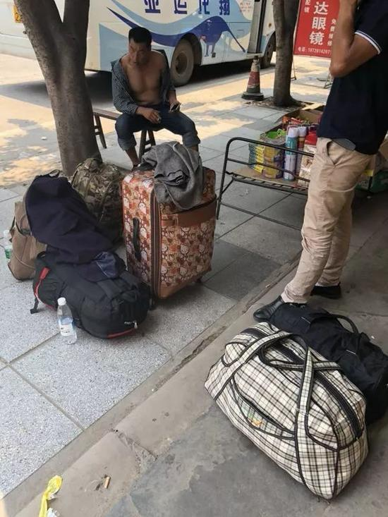 赴西藏阿里打工的隆昌老乡等车回家,行李里都是过冬的衣物