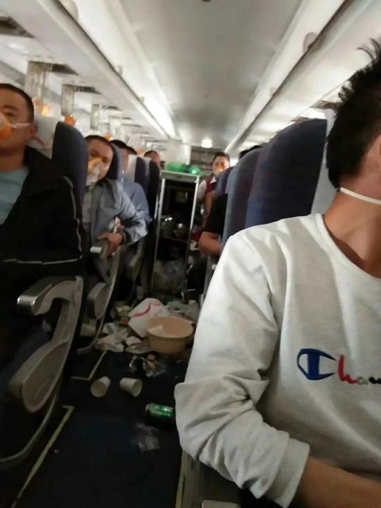 行李掉落,餐盒翻飞,客舱内瞬间一片狼藉 图 / 乘客樊爱华提供