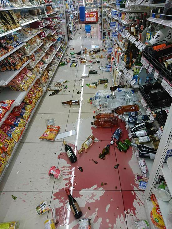 超市里一片狼藉