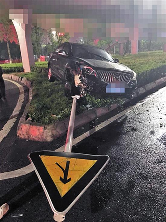 越野车撞倒交通标志牌电杆。 警方供图