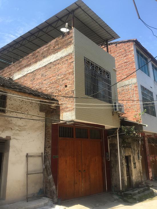 韦郎自小和大伯一家生活,大伯家经济情况中等,盖有两层楼房。