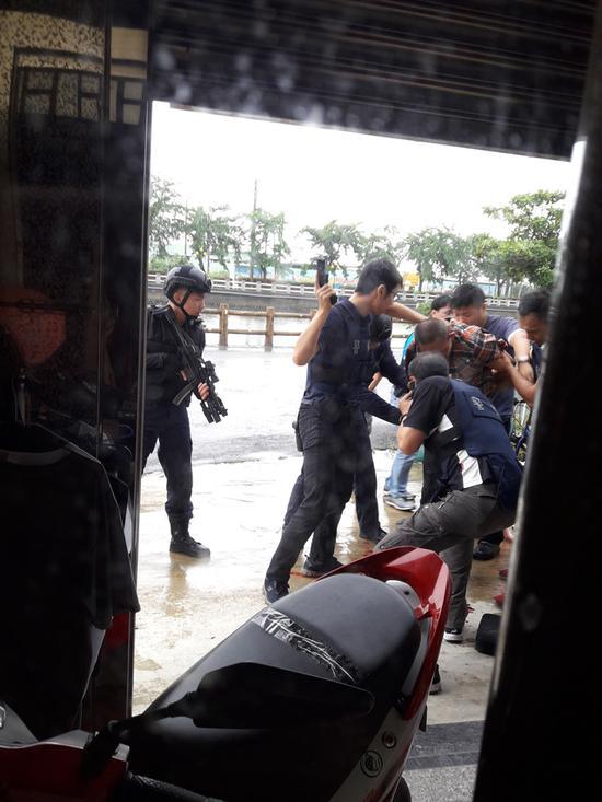 图为高雄警方围捕要犯。(来源:台媒)