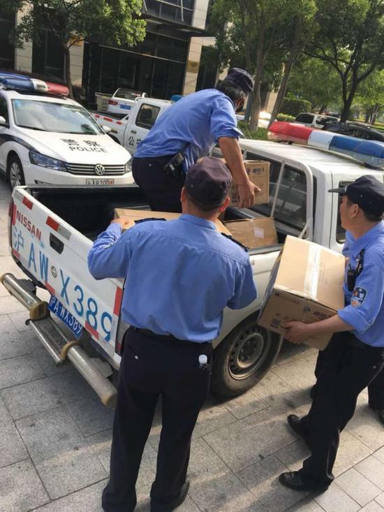 ▲每日经济新闻记者 冷辉/摄影 多箱办公室物品被打包装上车