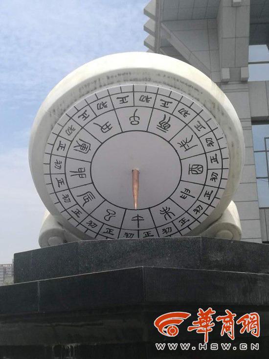 6月24日,华山国际酒店门前的日晷第一步整改已经到位。
