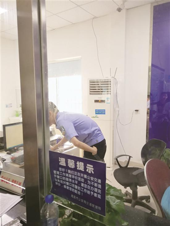 工作人员身边的空调正在工作。