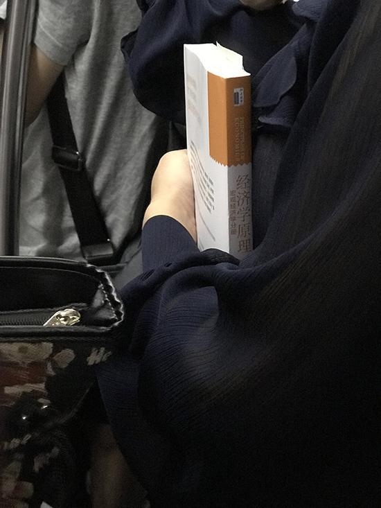 她带了这本《经济学原理:宏观经济分册》上地铁,后来我才知道这是一本在全球都堪称经典的教程。
