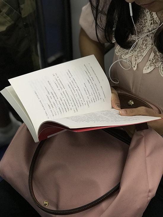 粉红女郎读《谋杀启事》。