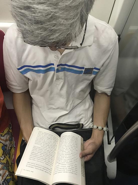 """白发读者读《禅说庄子》。""""禅说庄子""""是冯学成的一系列书,一位书友说冯是真正的大师,值得读。这一册是""""大宗师"""",貌似已改版。他让我想起《童年与社会》扉页上的一句话:""""儿童的游戏和老年人的智慧,是他们各自季节的果实""""。"""