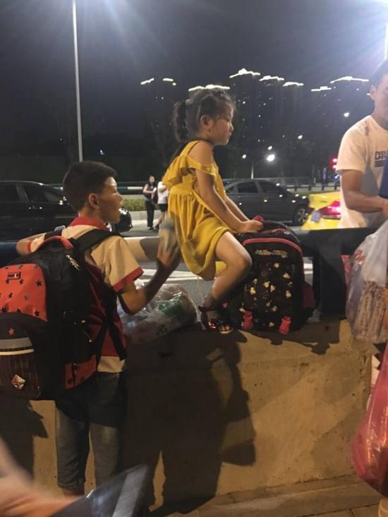重庆西站出站乘客因交通不便,只能就近翻越马路跨栏。@大头爱猫咪 图