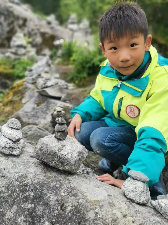 湖北8岁男孩海螺沟失联5天 200多人搜寻无果|失联